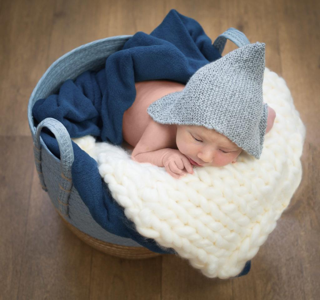 photographie de bébé dans un panier