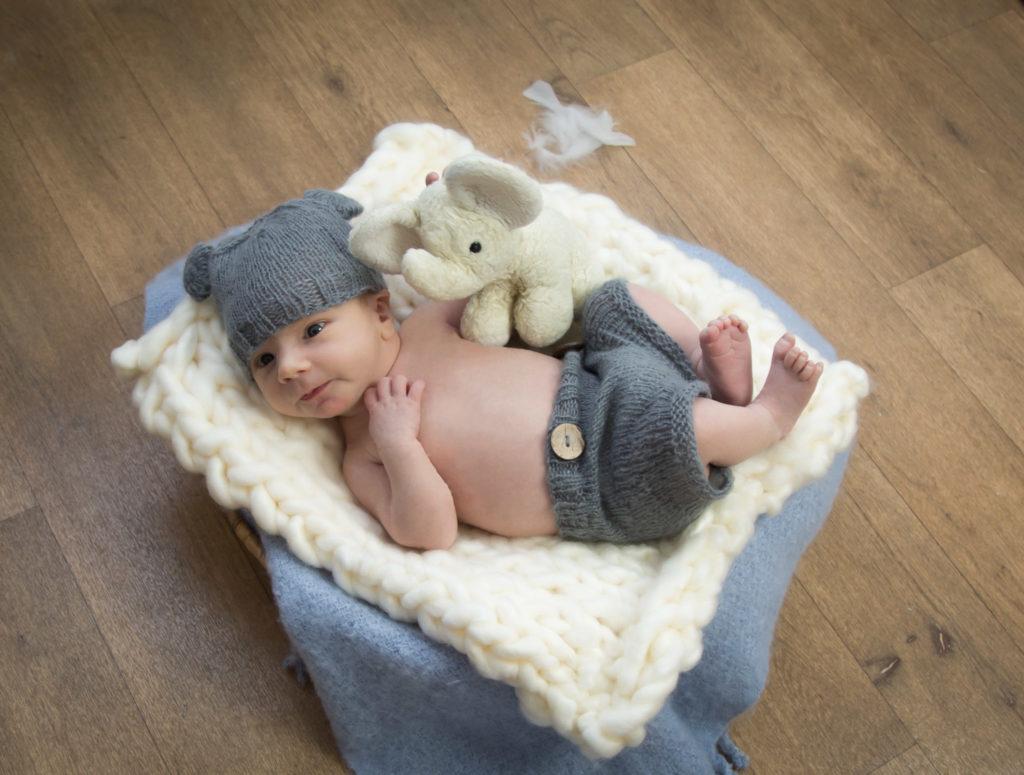 photographie bébé avec doudou