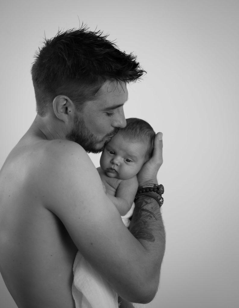 photo bébé baiser papa